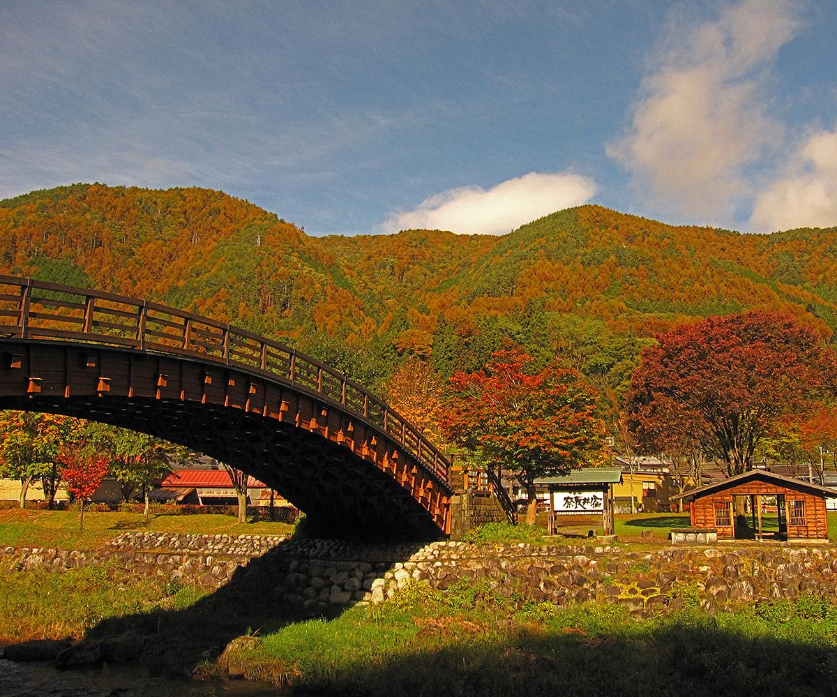 秋を彩る木曽の大橋