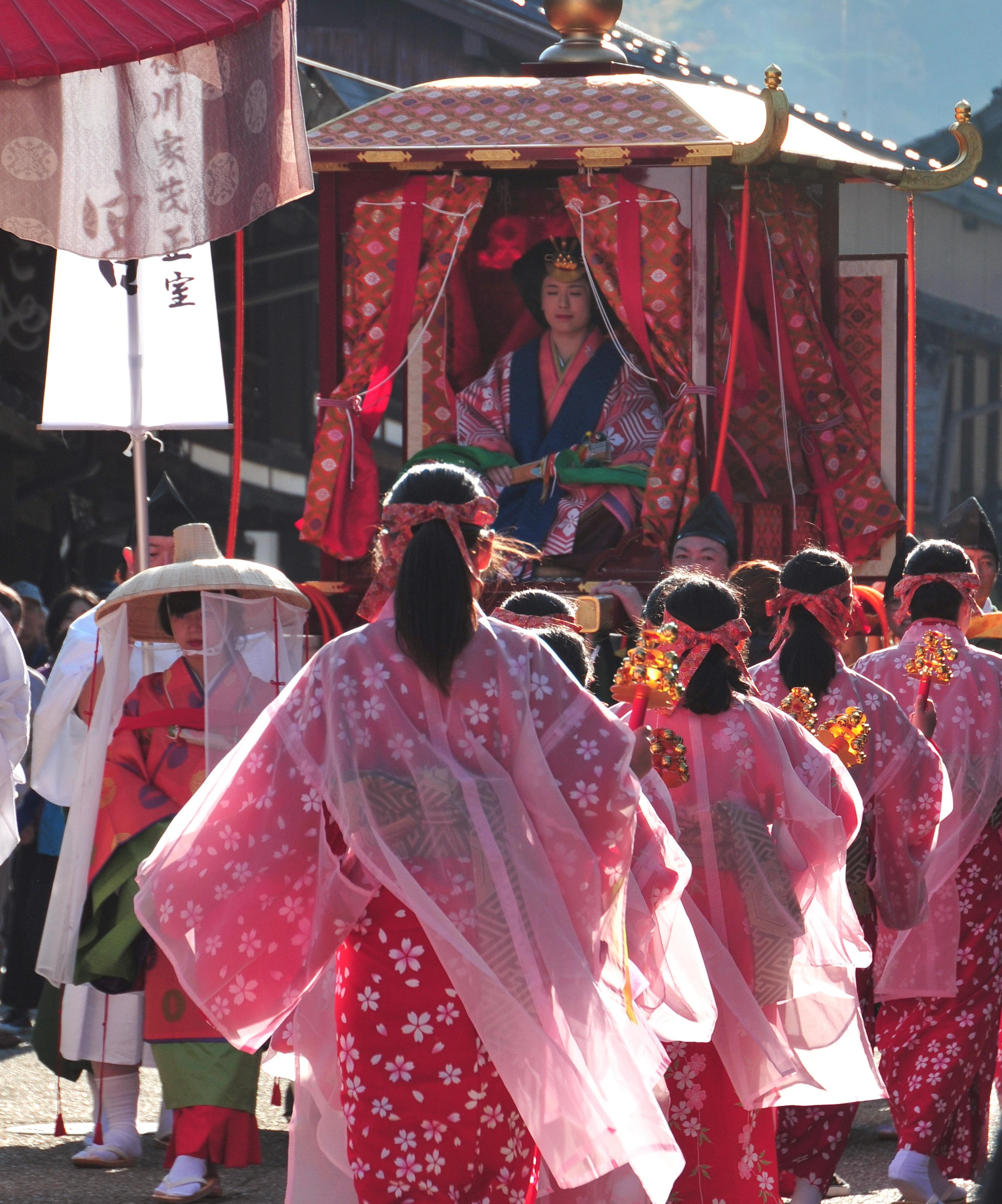 美しく羽衣なびく伝統行列