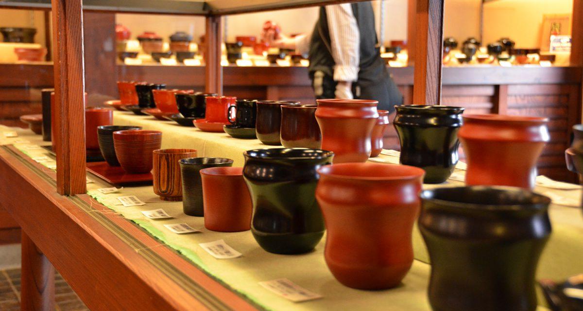 店に並ぶ木曽漆器